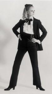Didelį ažiotažą sukėlęs 1966 m. dizainerio Yves Saint Laurent pristatytas moteriškas smokingas